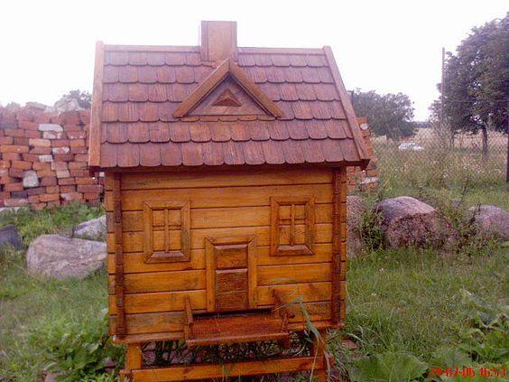 Stup sculptat in forma de casa